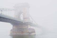 铁锁式桥梁,布达佩斯,匈牙利,雾的 免版税图库摄影