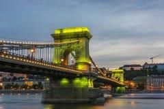 铁锁式桥梁Szechenyi Lanchid在晚上布达佩斯布达佩斯 库存图片