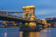铁锁式桥梁Szechenyi Lanchid在晚上布达佩斯布达佩斯 免版税库存图片