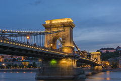 铁锁式桥梁Szechenyi Lanchid在晚上布达佩斯布达佩斯 免版税图库摄影