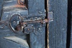 铁锁-在木门的哎呀特写镜头 库存图片