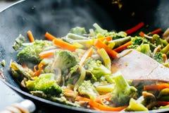 铁锅与菜的混乱油炸物 免版税库存照片