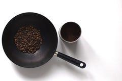 铁锅和咖啡在白色桌上 免版税图库摄影