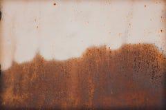 铁锈和侵蚀金属板半区域表面上 免版税库存图片