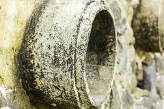 铁锈和腐蚀在管子和金属皮肤 金属腐蚀 金属铁锈  排水设备管子水污染在河,因为  库存图片
