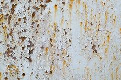 铁锈的纹理在钢铁路桥梁的有一个老油漆工作的 免版税库存图片