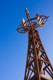 铁锈色的雕象在蓝天下 库存照片