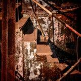 铁锈结构被放弃的生锈的工业台阶 免版税库存照片