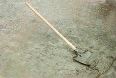 铁锹和湿水泥 免版税图库摄影