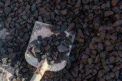铁锹和煤炭在背景中 概念石渣机械多种开采坑 免版税库存图片
