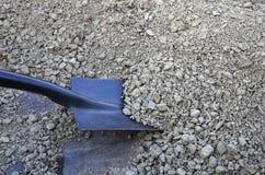 铁锹和石渣 免版税图库摄影