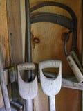 铁锹把柄和手大镰刀 免版税库存图片