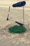 铁锹高尔夫球孔和风速表 免版税库存图片