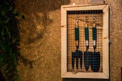 铁锹,手工工具为生长植物 图库摄影