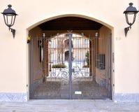 铁门房子入口 免版税图库摄影