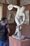 铁饼运动员雕象  库存图片