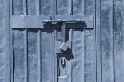 铁,在铁锈的灰色门与锁 库存图片