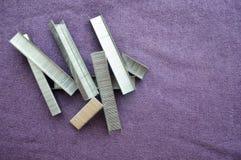 铁,金属,被堆积的银色钉书针 免版税图库摄影