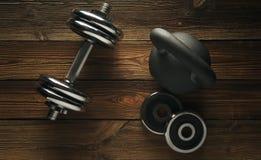 黑铁kettlebell,在木地板Spor上的哑铃顶视图  图库摄影