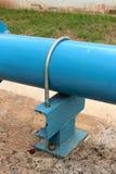 铁U形螺栓和蓝色管道系统 免版税库存照片