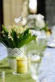 铃兰在婚礼桌上的 免版税库存图片