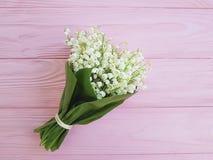 铃兰在桃红色木安排言情春天的开花芬芳 库存图片