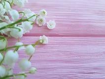 铃兰在桃红色木的花束可以芬芳安排言情春天的花 免版税图库摄影