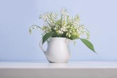 铃兰开花在水罐的花束 免版税库存图片