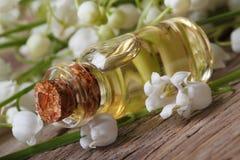 铃兰的油在一个玻璃瓶的 免版税库存图片