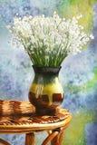 铃兰花束在一个棕色陶瓷花瓶的 免版税图库摄影