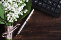 铃兰花束在桌上的 免版税库存图片