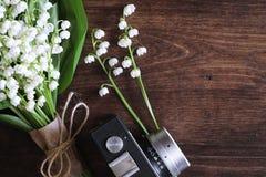 铃兰花束在桌上的 库存图片