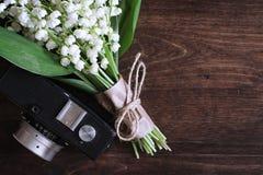 铃兰花束在桌上的 免版税图库摄影