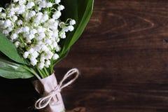 铃兰花束在桌上的 图库摄影