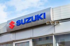 铃木马达在经销权大厦的公司商标 免版税库存照片