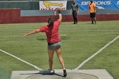 铅球的妇女在2016 Mt 囊中转 库存图片
