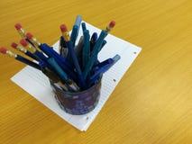 铅笔、准备好的笔和的纸是用途 免版税库存照片