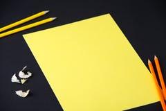 铅笔、削片和黄色白纸在黑暗的背景,事务,设计,学校,办公室 库存图片