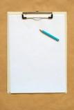 铅笔、剪贴板和便条纸当拷贝空间 图库摄影