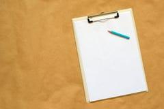 铅笔、剪贴板和便条纸当拷贝空间 免版税库存照片