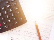 铅笔、计算器和储蓄帐户存款簿或财政决算关于白色背景 库存图片