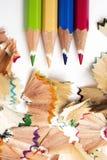 铅笔不同的颜色蜡笔和削片  免版税库存图片