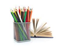 铅笔和书。白色背景-水平的照片。 库存图片
