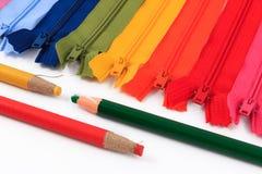 铅笔和五颜六色的拉链用不同的颜色 免版税库存图片