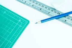 铅笔和切口席子 免版税库存图片