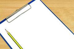 铅笔和剪贴板有白纸的 免版税图库摄影
