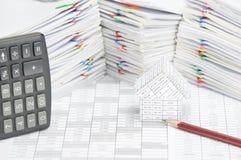 铅笔和房子财务帐户的有计算器地方垂直 免版税图库摄影