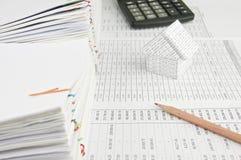 铅笔和房子财务帐户的 库存照片