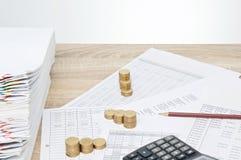 铅笔和步堆金币成功企业的概念 免版税库存照片