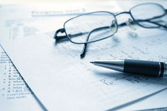 铅笔和玻璃 免版税图库摄影